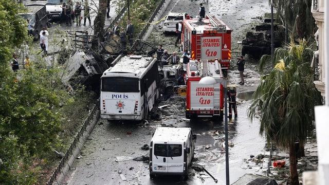 lieu da la detunaziun d'ina bumba ad Istanbul, in bus da la polizia demolì, autos da pumpiers
