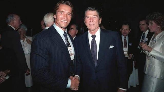 zwei Männer schütteln sich die Hand