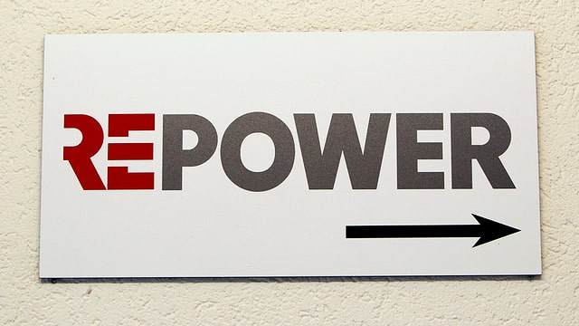 Schild mit der Aufschrift Repower.