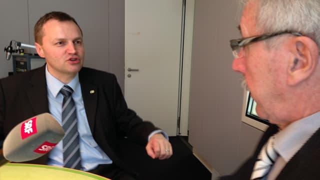 Guhl sitzt links am Tisch im Medienzentrum des Bundeshauses in Bern, rechts von ihm sitzt Borer.