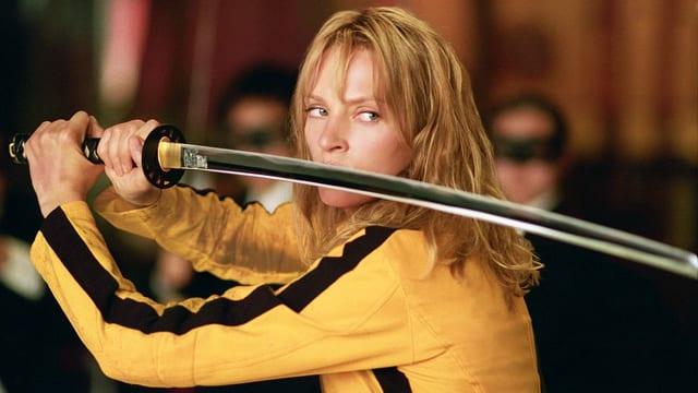 Uma Thurman in einer Filmszene von «Kill Bill», den gelben Bruce-Lee-Jumpsuit tragend.