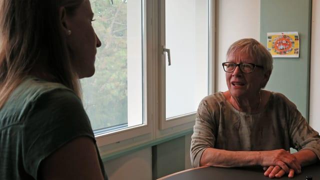 SRF Redaktorin Stefanie Pauli diskutiert mit Stéphanie Mörikofer.