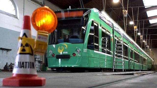 Ein Combino-Tram wird 2004 in der Werkstatt der BVB auf Schwachstellen untersucht.