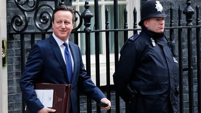 David Cameron sper in polizist englais
