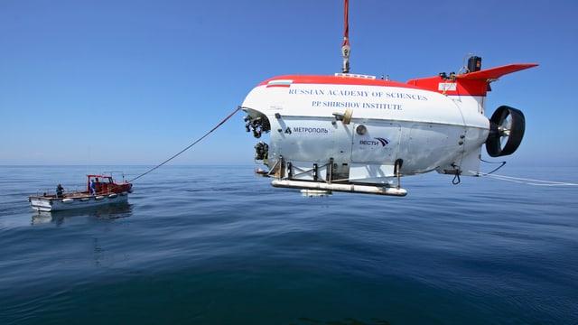 Ein russisches U-Boot wird auf dem Baikalsee zu Wasser gelassen