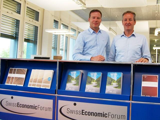 Das Gründer-Duo Stefan Linder (links) und Peter Stähli an der Eingangs-Theke des SEF-Hauptsitzes in Thun
