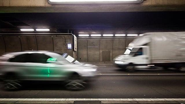 Autos fahren im Gotthardstrassentunnel.