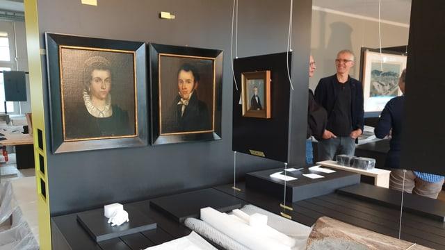 Ausstellung zur Geschichte Olten im Aufbau, alte Gemälde hängen an Trennwänden