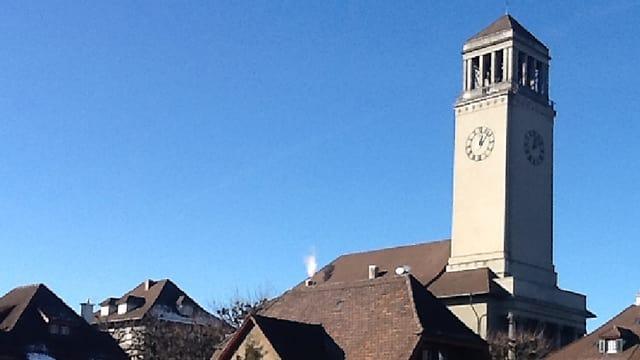 Hausdächer und im Hintergrund sieht man den Kirchenturm