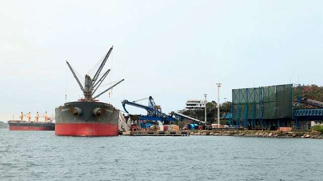 Tanker in einem Hafen.