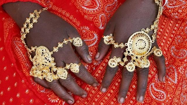 Geschmückte Hände einer Braut