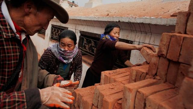 Kathmandu, Nepal: Menschen versuchen die Zerstörung des Erdbebens zu beheben.