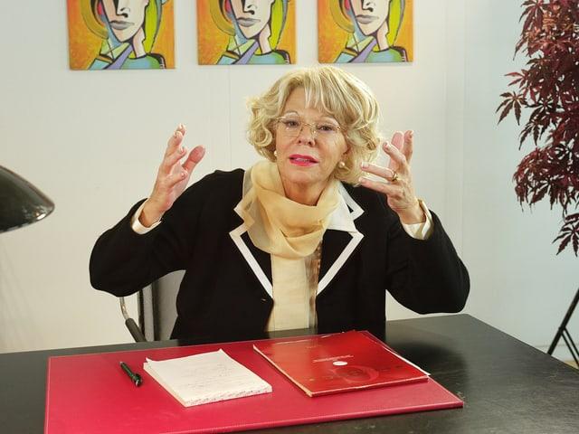 Birgit Steinegger als Julia Onken am Schreibtisch am Gestikulieren