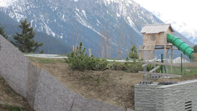 Pfahlbauer-Spielhaus und die Rutschbahn.