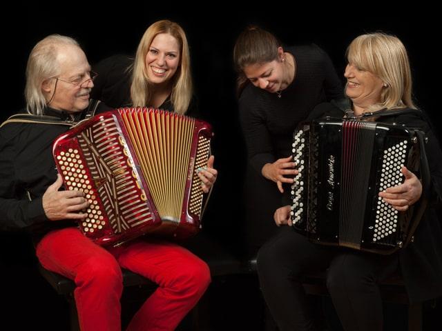 Quartett mit zwei Akkordeons.