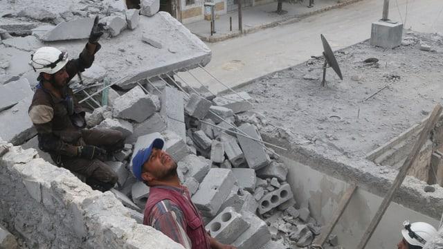 Rettungskräfte in Ruinen