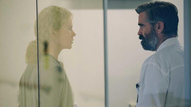 Ein Mann (Colin Farrell) sieht seine Frau (Nicole Kidman), durch eine Glasscheibe.