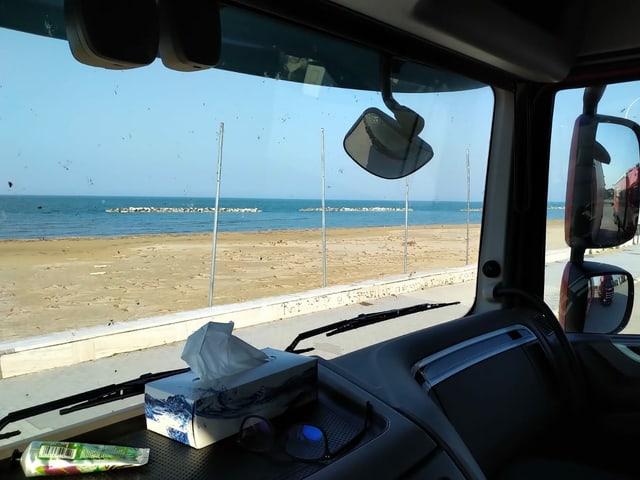 Blick aufs Meer aus einer Führerkabine eines LKW