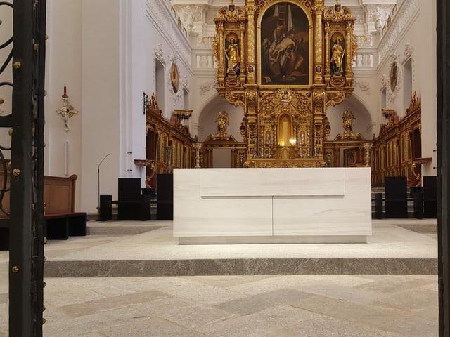 L'altar nov da marmel alv. Ils 11 dals 11 vegn el inaugurà e benedì.