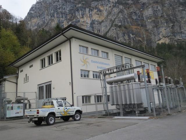 Kraftwerk mit einem Auto auf dem Parkplatz.