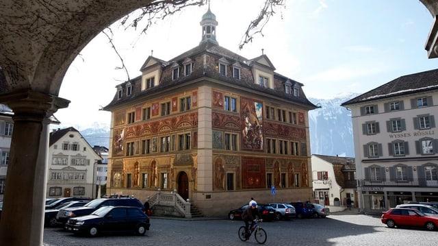 Das Rathaus am Hauptplatz in Schwyz, mit einem Torbogen im Vordergrund.