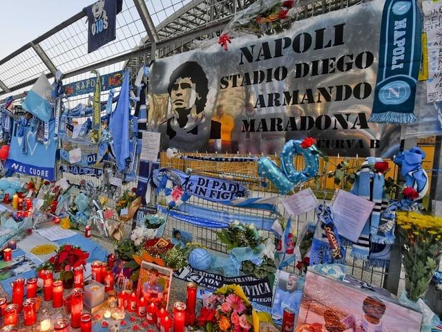 Ein Blumen- und Kerzenmeer vor den Pforten des San-Paolo-Stadions.