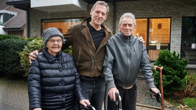 Ralf Moeller in der Mitte mit Mutter und Vater vor dem Elternhaus.