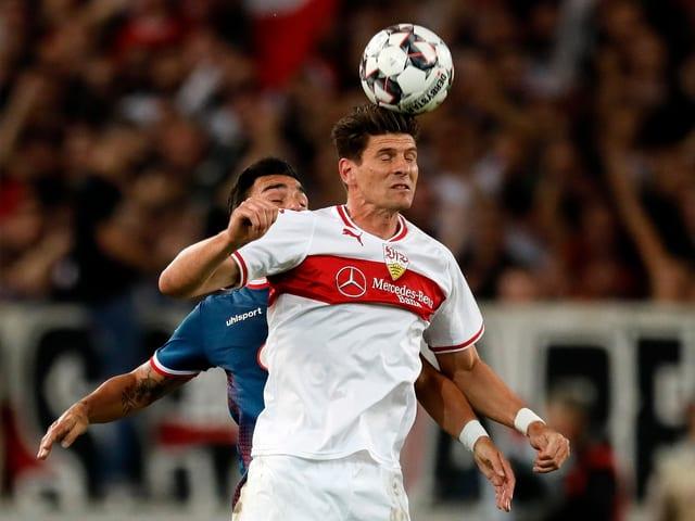 Mario Gomez spielt einen Kopfball.