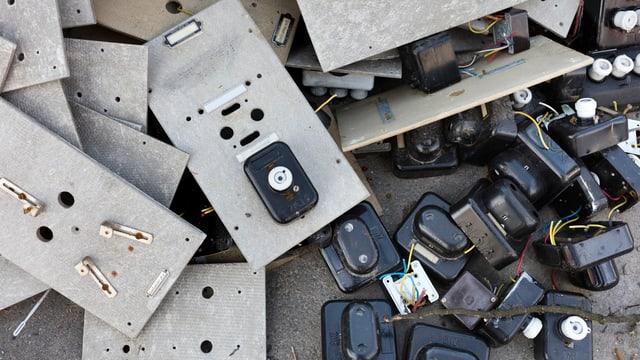 Stromzähler liegen auf dem Abfall