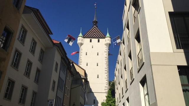 Gebäude, Turm mit Fahnen.
