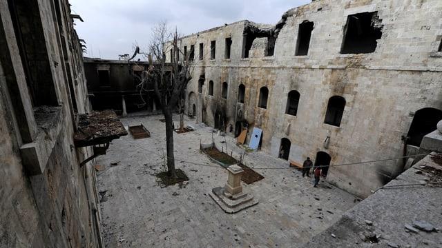 Ein zerstörter Hof in Aleppo, Syrien.