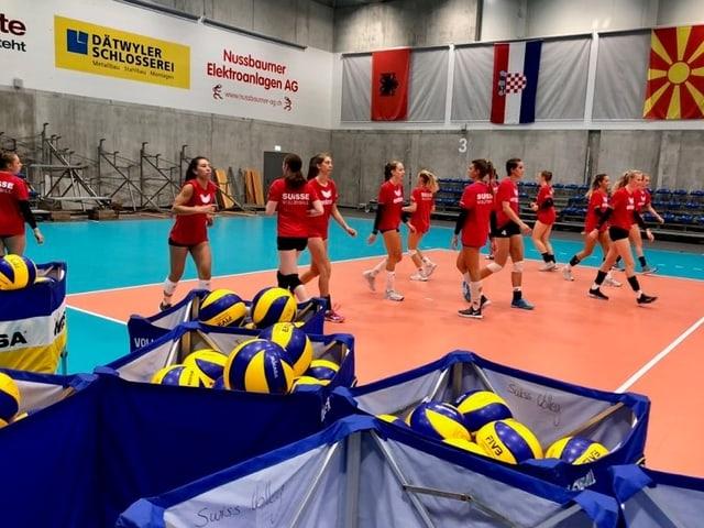 Schweizer Spielerinnen marschieren über das Trainingsfeld.