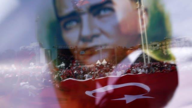 Atatürk-Bildnis vor Demonstranten nach dem gescheiterten Putsch, Istanbul.