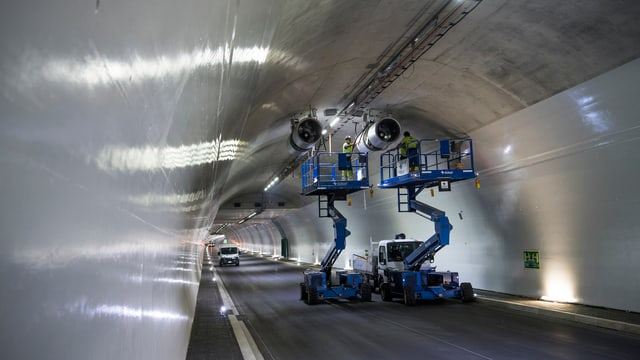 Arbeiten an der Belüftung in einem Tunnel der Autobahn A9 im Oberwallis.