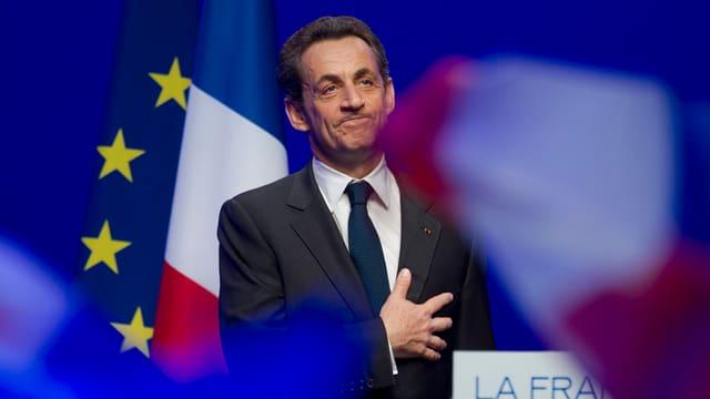 Sarkozy tranter ina bandiera da l'UE ed ina da la Frantscha.