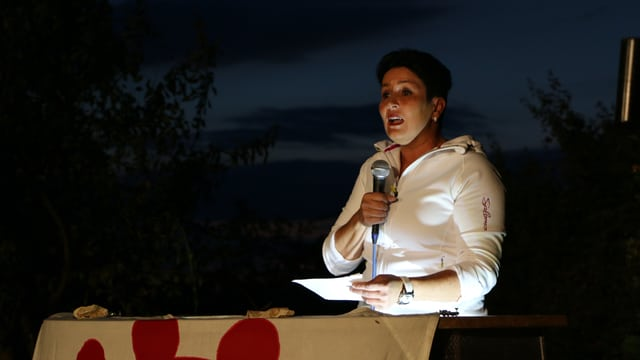 FDP-Nationalrätin Daniela Schneeberger spricht an einem Rednerpult, das in eine Baselbieterfahne gehüllt ist.