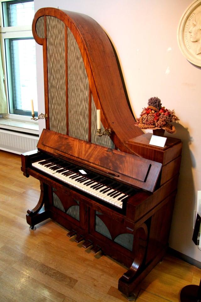 Klavier steht an der Wand