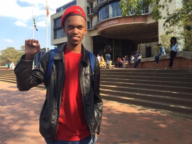Student Monethi Mosoeunyane erhebt seine Hand zur Faus vor der Universität Johannesburg