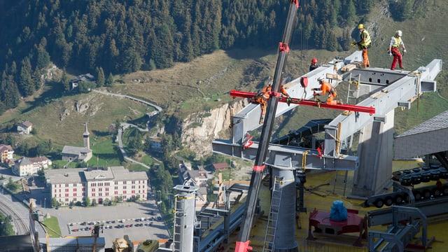 Im August 2015 wurden in Andermatt die Masten für die Sesselbahn auf den Gemsstock montiert.