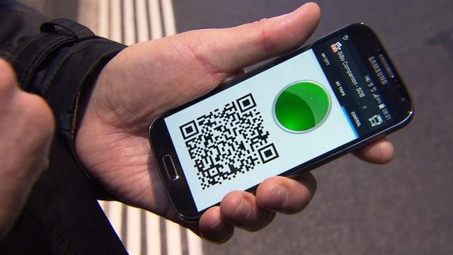 Handy mit grünem Punkt und QR-Code.