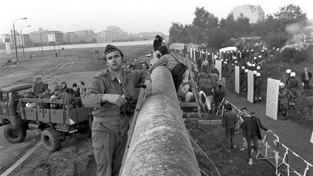 Grenzschützer und Besetzer an der Mauer