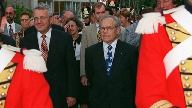 Joachim Caluori zeigt sich an einem offiziellen Empfang gemeinsam mit Bundesrat Arnold Koller.