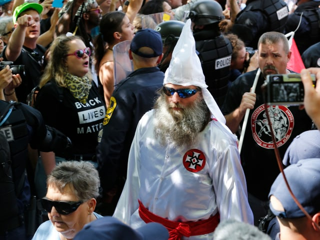 An der Demonstration dabei waren auch Mitglieder des Ku-Klux-Klans.