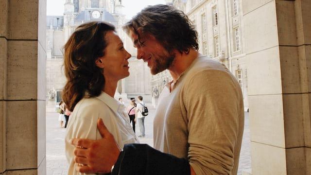 Eine Frau und ein Mann umarmen sich.