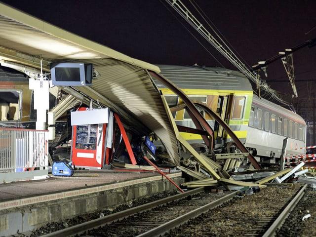 In der Nacht liefen die Arbeiten auf Hochtouren. Bis am Morgen konnten alle Überlebenden aus dem Zug geborgen werden.