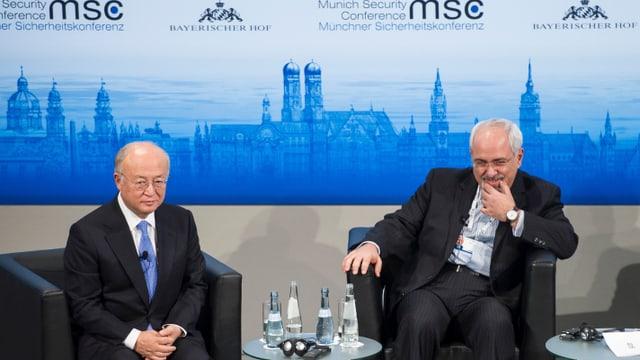 Zwei Männer vor einem Wandbild von München