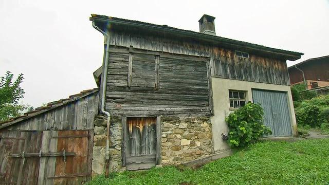 Altes Haus mit Wiese