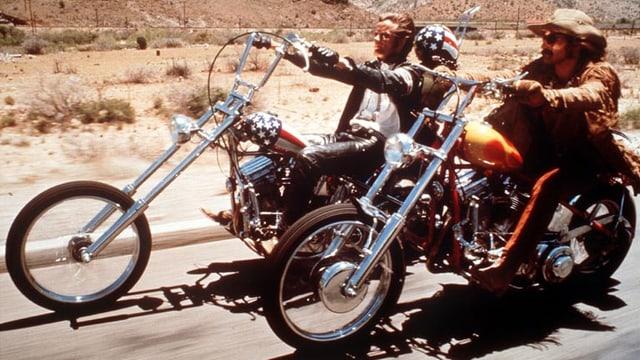 Peter Fonda als Captain America und Dennis Hopper als Billy fahren mit ihren Motorrädern durch die Wüste.