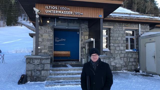 Der Willdhauser Gemeindepräsident Rolf Züllig vor dem Tickethaus der Iltios-Bahn.