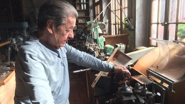 Bruno Tschan (84) in der Werkstatt seines Museums